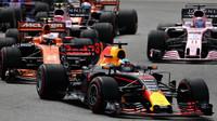 Daniel Ricciardo a Stoffel Vandoorne po startu závodu v Malajsii