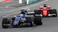 Marcus Ericsson a Sebastian Vettel v závodě v Malajsii