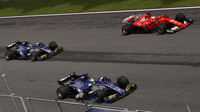 Pascal Wehrlein, Marcus Ericsson a Sebastian Vettel v závodě v Malajsii