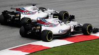 Felipe Massa a Lance Stroll se předjíždějí v závodě v Malajsii