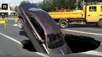 Propadlá silnice se stala osudná vozu Rolls-Royce Ghost za více než 16 milionů korun