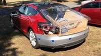 Velmi netradičně opravená Tesla Model S