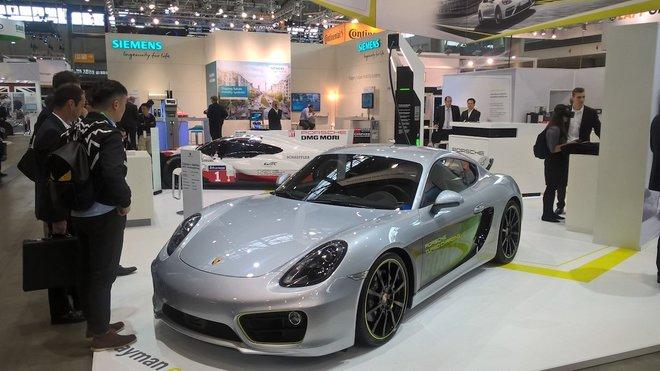 Porsche Cayman E-Volution na výstavě Electric Vehicle Symposium konané ve Stuttgartu