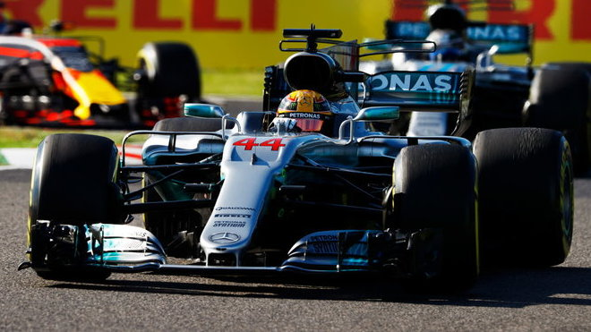 Lewis Hamilton v závodě v Japonsku