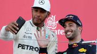 Lewis Hamilton a Daniel Ricciardo na pódiu po závodě v Japonsku