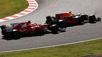 Max Verstappen předjíždí Sebastiana Vettela v závodě v Japonsku