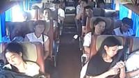 Děsivě vyhlížející nehoda autobus skončila překvapivě dobře, většinu cestujících zachránily bezpečnostní pásy