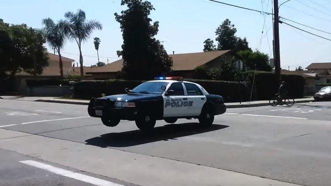 Policejní Ford Crown Victoria k případu doslova letěl