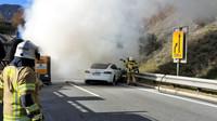 Požár Tesly model S dal hasičům zabrat