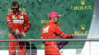 Kimi Räikkönen a Sebastian Vettel na pódiu po závodě v Austinu