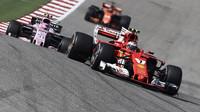 Kimi Räikkönen a Esteban Ocon v závodě v Austinu