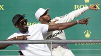 Usain Bolt a Lewis Hamilton na pódiu v Austinu