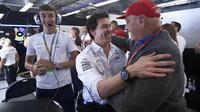 Toto Wolff a Niki Lauda se radují z konstrukterského titulu v Austinu