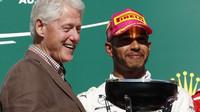 Bill Clinton a Lewis Hamilton na pódiu po závodě v Austinu