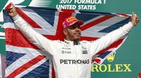 Lewis Hamilton se raduje z vítězství po závodě v Austinu