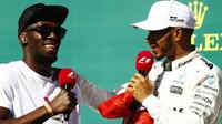 Lewis Hamilton v rozhovoru s Usainem Boltem po závodě v Austinu