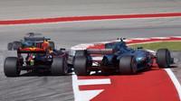 Valtteri Bottas v souboji s Maxem Verstappenem