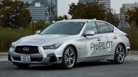 Automobil Infiniti Q50 vybavený autonomním systémem ProPILOT je testován v ulicích Tokia