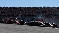 Daniel Ricciardo a Valtteri Bottas při předjíždění v závodě v Austinu