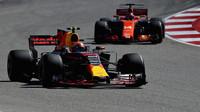 Max Verstappen a Fernando Alonso v závodě v Austinu