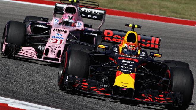 Max Verstappen a Esteban Ocon v závodě v Austinu