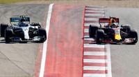 Valtteri Bottas a Daniel Ricciardo při předjíždění v závodě v Austinu