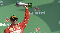 Kimi Räikkönen na pódiu po závodě v Mexiku
