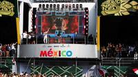 Sergio Pérez zdraví fanoušky na pódiu po závodě v Mexiku