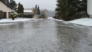 Nebezpečí jménem černý led. Věděli jste, že se tvoří i při teplotách nad nulou? - anotační obrázek