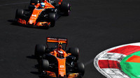 Stoffel Vandoorne a Fernando Alonso v závodě v Mexiku
