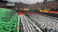 Pogumovaná trať po závodě v Mexiku