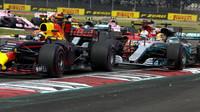 Těsný souboj mezi Sebastianem Vettelem, Maxem Verstappenem a Lewisem Hamiltonem po startu závodu v Mexiku