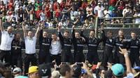 Mechanici Mercedesu slaví 4 titul mistra světa v Mexiku