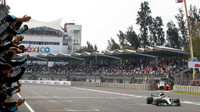 Lewis Hamilton v cíli závodu v Mexiku