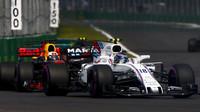 Lance Stroll a Daniel Ricciardo v závodě v Mexiku