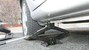 Jak opravit píchlou pneumatiku? Způsoby, o kterých jste asi nevěděli - anotační obrázek