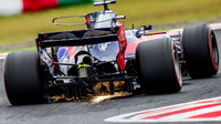 Pierre Gasly při průjezdu zatáčkou s vozem Toro Rosso STR12
