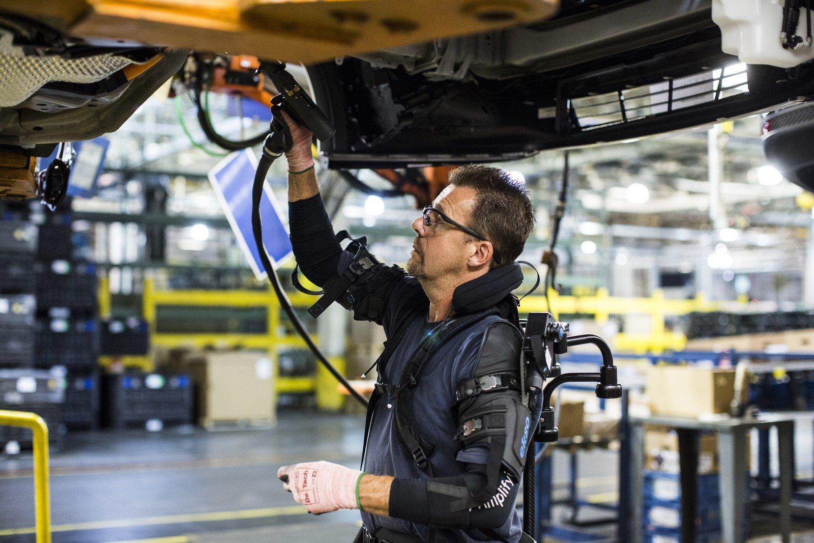 Někteří zaměstnanci Fordu začínají používat speciální exoskeleton EksoVest