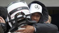 Lewis Hamilton gratuluje Valtterimu Bottasovi k výhře v kvalifikaci v Brazílii
