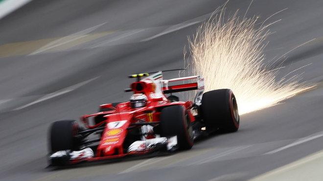 Kimi Räikkönen s aktivovaným DRS na rovince v Brazílii