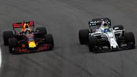 Daniel Ricciardo předjíždí Felipeho Massu v kvalifikaci v Brazílii