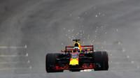 Daniel Ricciardo jiskří za použítí DRS v kvalifikaci v Brazílii