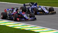Brendon Hartley předjíždí Pascala Wehrleina v kvalifikaci v Brazílii
