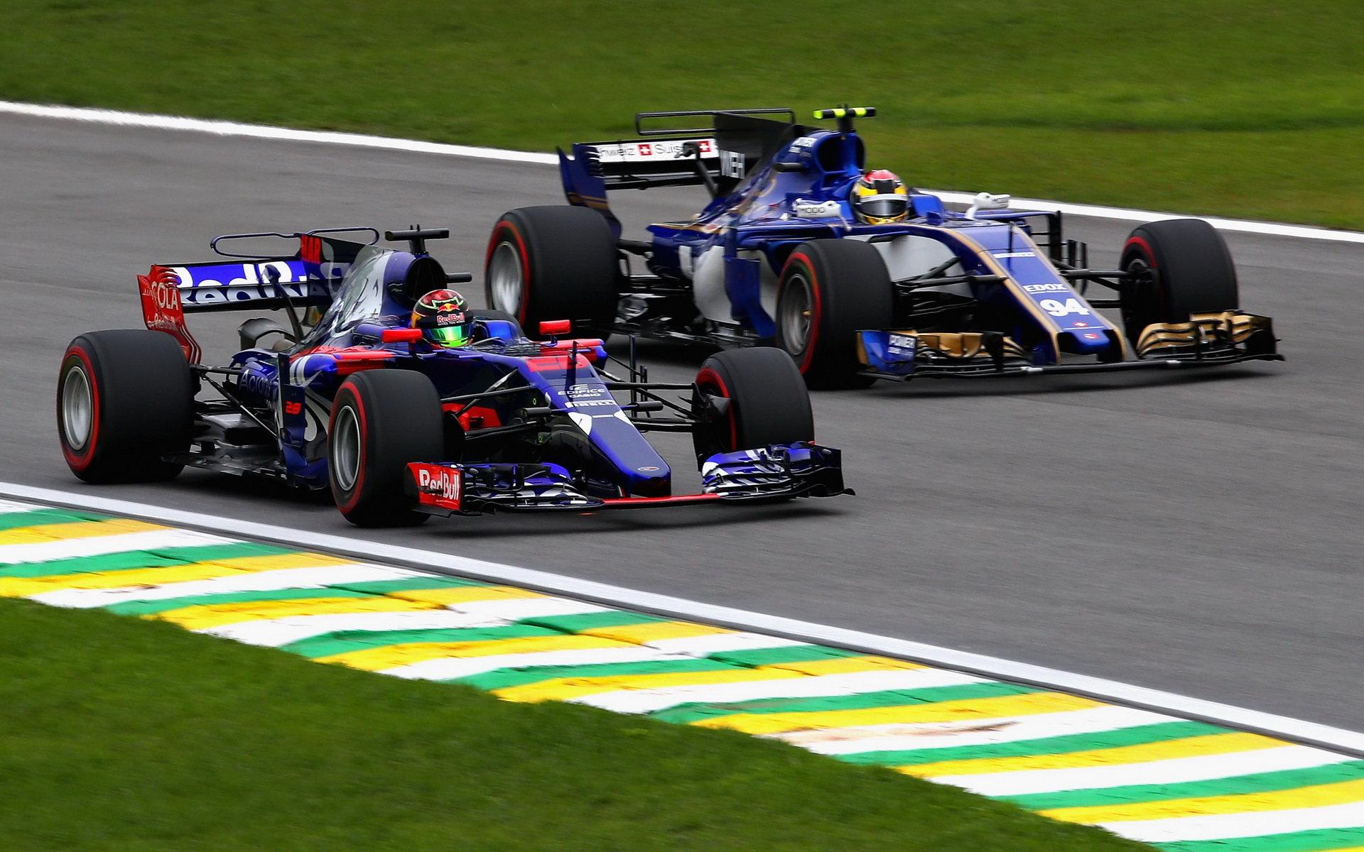 Brendon Hartley (Toro Rosso) v souboji s Pascalem Wehrleinem (Sauber) v Brazílii