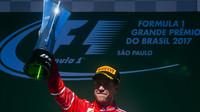 Sebastian Vettel se svou trofejí po vítězství na pódiu po závodě v Brazílii