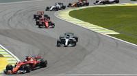 Sebastian Vettel a Valtteri Bottas po startu závodu v Brazílii