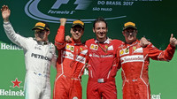 Valtteri Bottas, Sebastian Vettel a Kimi Räikkönen na pódium po závodě v Brazílii