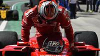 Co skrývá Ferrari? Záhadná páčka na Vettelově volantu - anotační foto