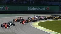 Sebastian Vettel, Valtteri Bottas a Kimi Räikkönen po startu závodu v Brazílii