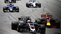 Kevin Magnussen a Daniel Ricciardo v zaváděcím kole před závodem v Brazílii